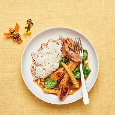 Teriyaki kyckling gör du enkelt själv med färdig teriyakisås och kycklingfilé. Slänger du dessutom ner lite söt minimajs i pannan blir barnen extra glada. Servera kycklingen med ris och babyspenat och kanske lite rostade sesamfrön, om du har tid.