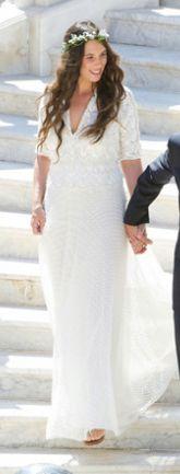 Monaco, le 31 août dernier, Tatiana Santo Domingo apparait radieuse lors de son mariage civil avec Andrea Casiraghi. Elle porte une robe longue en dentelle ivoire de la maison MISSONI, une ravissante couronne de fleurs blanche et … des nu-pieds. Aimez-vous le style bohème-chic de Tatiana ? * Jaimemarobe.com * Votre robe de mariée est précieuse.