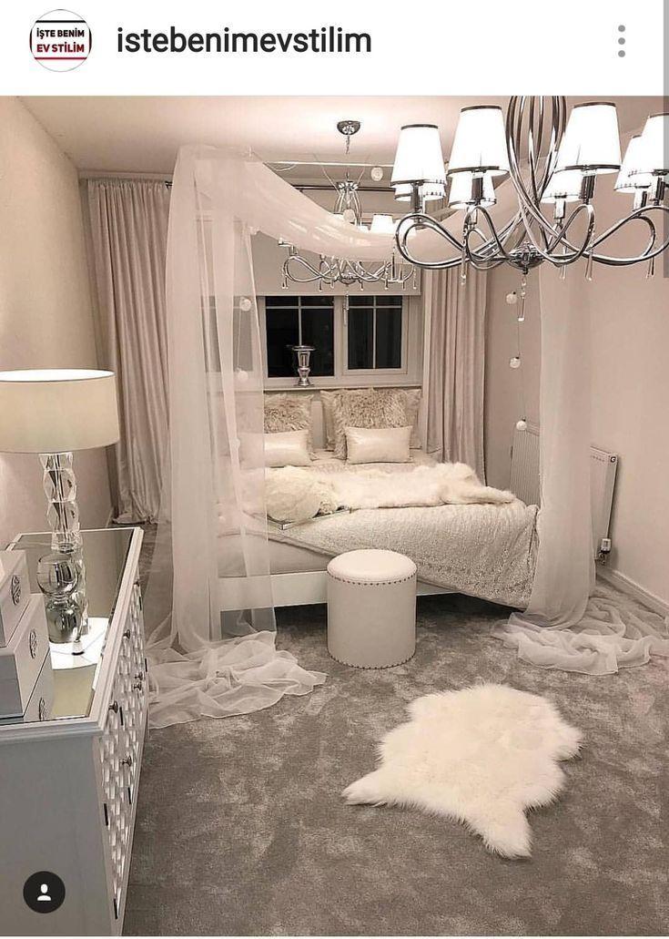 Schlafzimmer mit weißem Baldachin