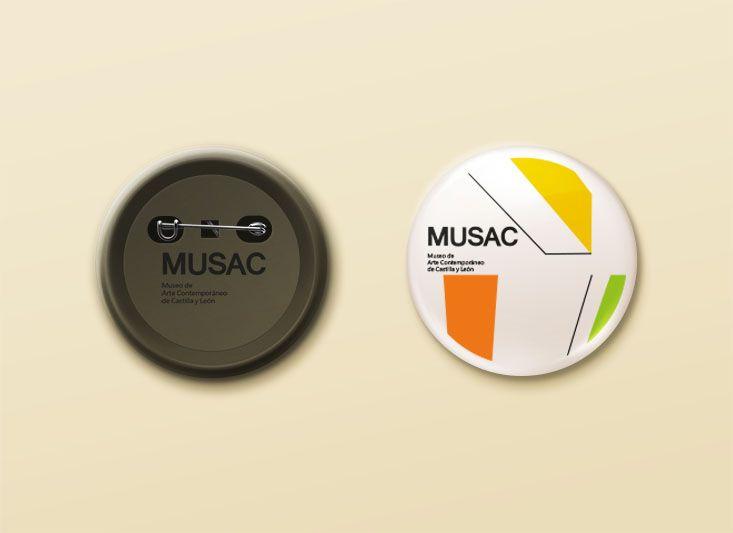pin realizada para la materia de piezas promocionarles, realizando el grafismo y manejando la identidad ya existente del museo Musac