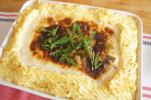 スウェーデン料理のレシピ - フィッシュグラタン | keiko olsson    フィッシュグラタンのレシピ       今夜の我が家の夕飯は、スウェーデンの家庭料理の定番 Fiskgratäng「フィッシュグラタン」でした。分量を量って作りましたので、今回はレシピとしてご紹介したいと思います。 クリーミーなソースとマッシュポテトが優しいお味です。日本でも手に入る材料で作れますのでぜひお試しください。  まずは材料から。(4〜5人分の分量です)    [マッシュポテト] ・じゃがいも皮付きの状態で約800g  ・卵1個 ・バター 大さじ2 ・サラダ油 大さじ2 ・じゃがいもの茹で汁 100ml ・ナツメグ 少々 ・塩、白コショウ 適量  [具材&ソース] ・お好きなシーフード 今日使ったのは:白身魚(タラなど)400g、海老(スウェーデンの小エビ殻付き) 500g Point*1参照 ・マッシュルーム 5〜6個 ・エシャロット1個(または玉ねぎ半分) ・パセリ 1枝 ・ディル 適量 ・フィッシュブイヨンのキューブ1個(なければ普通のコンソメでも) ・水 400ml…