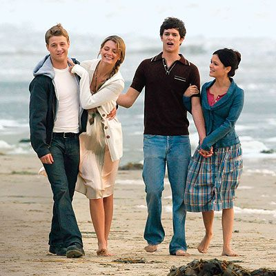watched 2 episodes last night and fell head over heels in love once again...that dang ryan atwood & seth cohen!