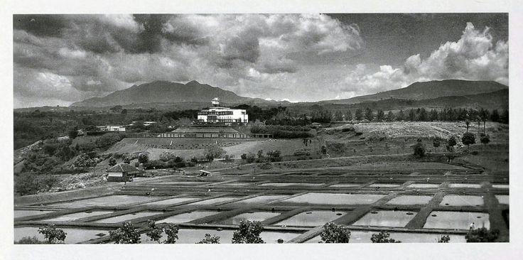 Panorama Bandung utara dengan latar belakang villa Mei Ling dan Gunung Burangrang dan Gunung Tangkuban Prahu tahun 1931. Latar depan kolam budi daya usaha para petani ikan.