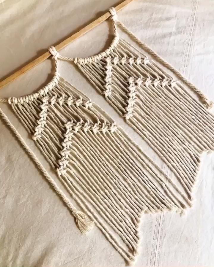 Formamos lineas en zig zag con punto plano utilizando la tecnica del macramé. Macrame Wall Hanging Patterns, Macrame Plant Hangers, Macrame Patterns, Macrame Design, Macrame Art, Macrame Projects, Driftwood Macrame, Diy Crafts Hacks, Diy Gifts