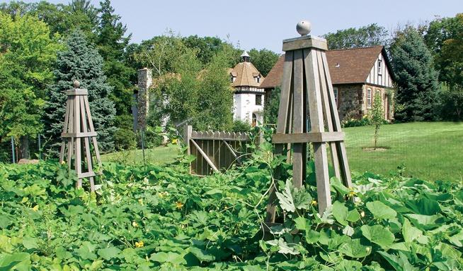 pretty trellis: Pleasantdale Farms, Gardens Structures, Country Yard, Pleasantd Farms, Pretty Trellis