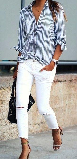 Look de moda: Camisa de Vestir de Rayas Verticales en Blanco y Azul Marino, Vaqueros Pitillo Desgastados Blancos, Sandalias de Tacón de Cuero en Tabaco, Bolso de Hombre de Cuero Negro