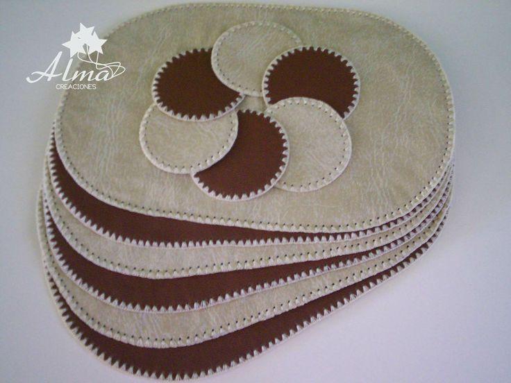 Juego de Individuales de mesa y sus posavasos. En ecocuero de 2 colores con bordes tejidos a crochet.