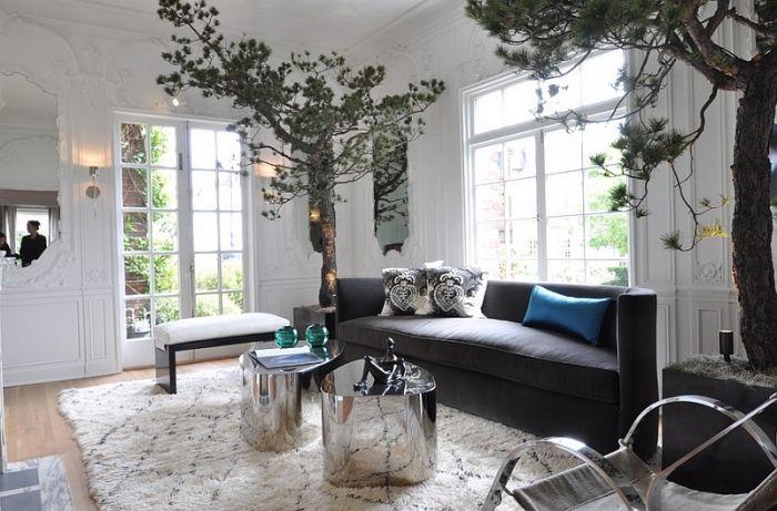 Baum Im Zimmer, Deko Für Wohnzimmer, Designer Sofa, Silberne Kaffeetische  Set