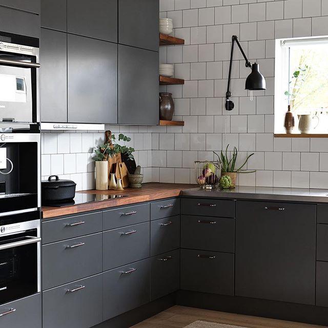 Härligt grått kök som gifter sig fint med det vita kaklet och bänkskivan i massiv valnöt. Luckan Solid I peppargrått som är en slät lucka som aldrig blir omodern. #ballingslöv #drømmekjøkkenet #vardagsglädje #kök #köksinspiration #gråttkök