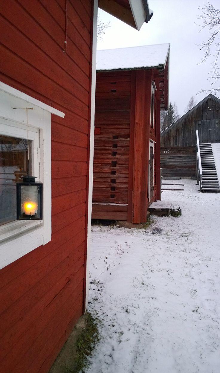 Lumen hopeinen valo, sininen hiljaisuus. Lämmin tupa, rauhaa täynnä mieli. On niin joulu. (Satu Pusa) 16. joulukuuta, Turkansaaren ulkomuseo, Oulu (Finland)