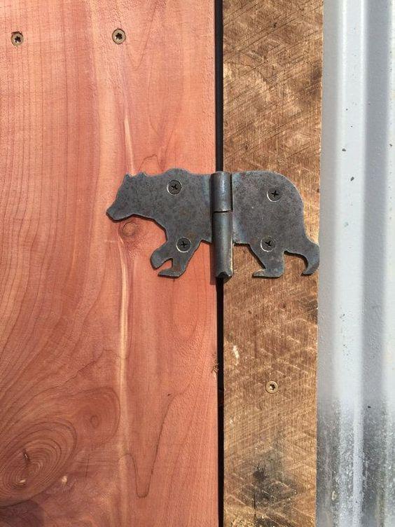 Bear-shaped door hinge