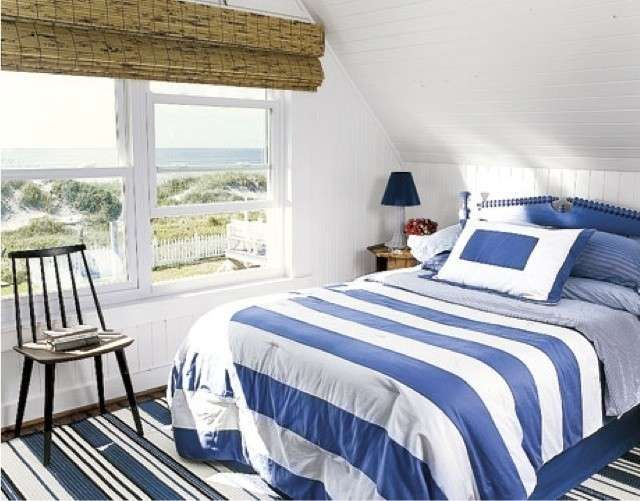 Camera da letto blu e bianca - Fantasie a righe per una camera da letto stile marina.