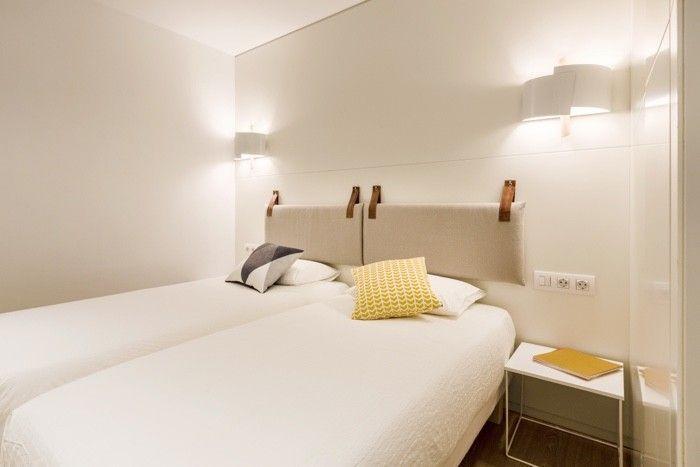 Un apartamento en Gracia en amarillo limón - Decorabien.com Un apartamento en Gracia en amarillo limón - Decorabien.com #cama #matrimonial #decoración #habitacion #dormitorios #mesas #noche #amarillo #citricos #lamparas