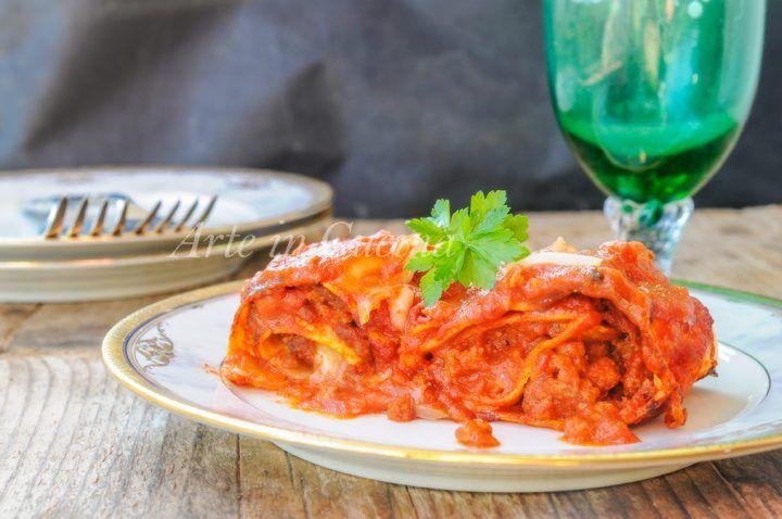 Rotolini di lasagne, piatto semplice perfetto per la domenica, idea per pranzo o cena, farciti con carne macinata e prosciutto cotto, al sugo con crema di riso