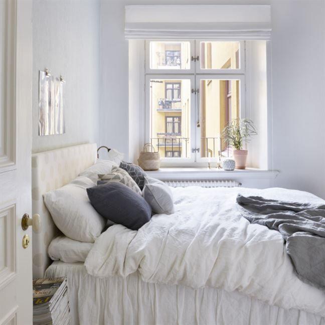 Sovrum. Parets sovrum har fin vy ut över innergården. Sängkappa och sängkläder i linne från H&M home, korg i fönstret från Afroart och taklampa från Ikea.