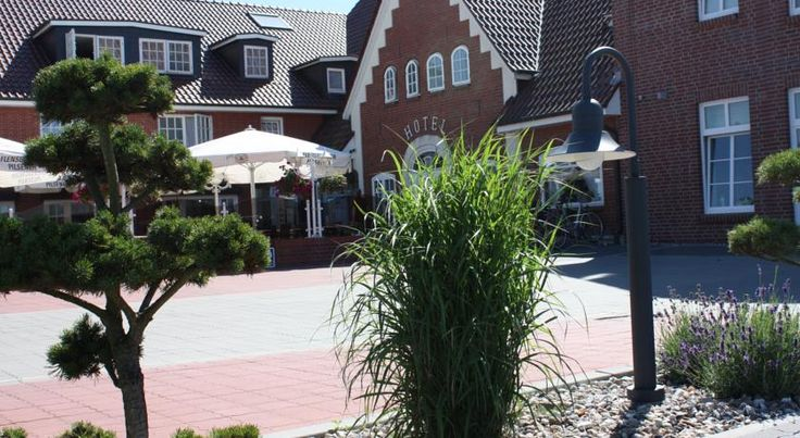 Hotel Neuwarft Dagebüll This small 3-star hotel in Dagebüll lies just 250 metres from the North Sea coast. It offers quiet rooms, a daily breakfast, and food from the Schleswig-Holstein region.
