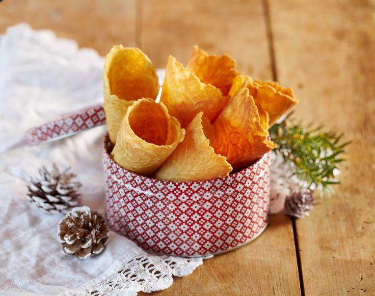 Krumkaker er en av juleklassikerne. Allikevel serveres disse vakre småkakene året rundt enten som tilbehør til kaffekosen eller som dessert servert med for eksempel multekrem eller en frisk bærsalat. Denne oppskriften gir deg ca 35 knasende gode krumkaker slik bestemor ville ha laget dem.
