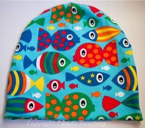 Mössa- fiskar   Camillas Barnkläder Populär mössmodell i färgglatt ekologiskt Jerseytyg (GOTS). 120 kr Samma tyg används som foder. Finns i storlek 44-58.