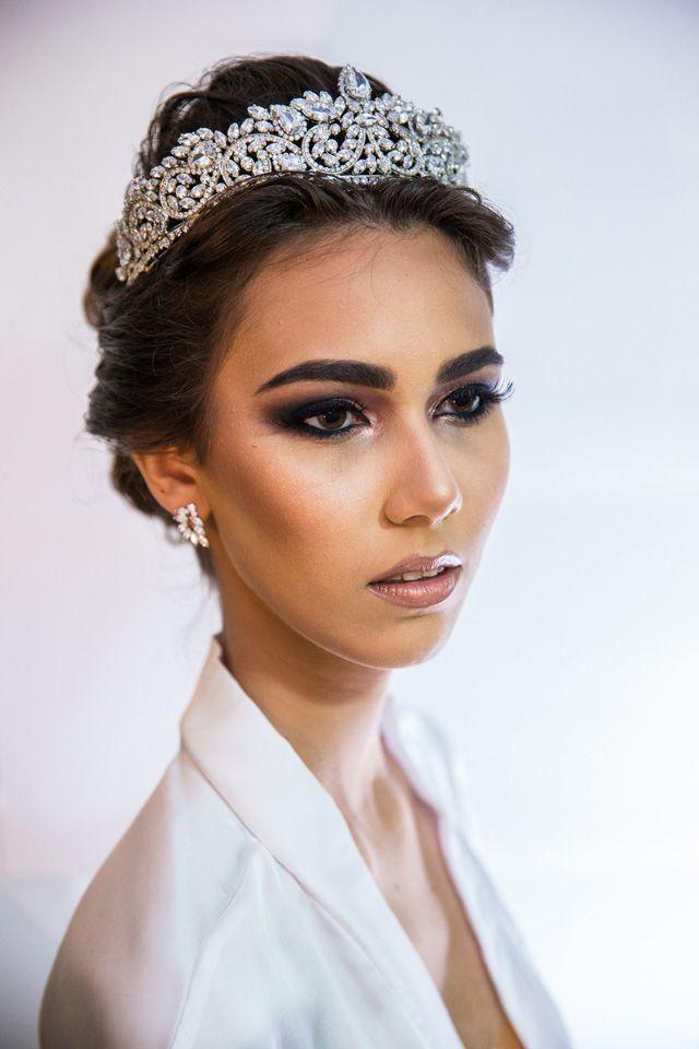 Editorial moda cabelo e acessório de cabeça de noiva no blog Ligia Nottingham. Louanda Ketcya, produzida por Nanda Almeida, usa coroa La Vie.