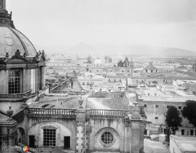 Fotos de Ciudad de México, Distrito Federal, México: Vista hacia la Villa de Guadalupe desde la catedral (por William Henry Jackson, c. 1888)