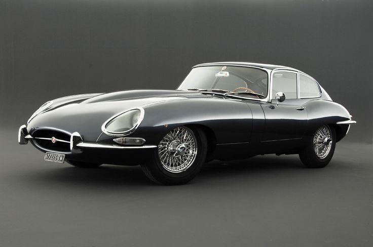Jaguar E-Type, 1961 Este hermoso ejemplar ha sufrido muchas modificaciones, este flamante corredor ha participado en las carreras de turismo, Jaguar ha tenido muchas espectativas en este vehiculo de corredor a vehiculo particular por su sobrio diseño y motor de doble cámara, silencioso, veloz, elegante tal como si fuera un lord en las carreteras de Reino Unido.
