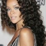 Rihanna capelli lunghi ricci e neri