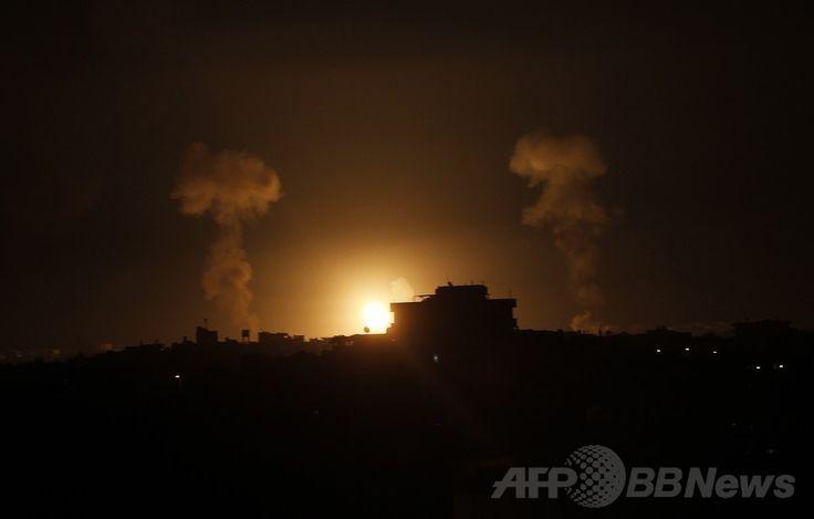 パレスチナ自治区ガザ地区(Gaza Strip)南部のラファ(Rafah)で、イスラエル軍の空爆後に確認された火の玉(2014年7月9日撮影)。(c)AFP/SAID KHATIB ▼10Jul2014AFP|ガザ空爆3日目、死者60人超 イスラエル首相は攻勢強化を宣言 http://www.afpbb.com/articles/-/3020154