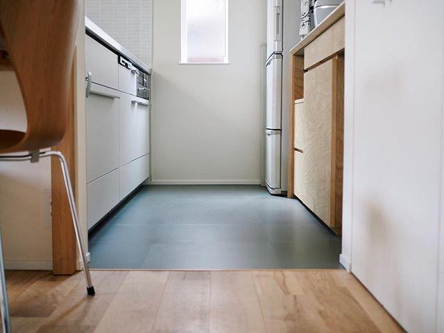 Akieさんはinstagramを利用しています キッチンの床のこと 見切り材が見たいというリクエストがあったので 境界を撮ってみました 床材の切り替わる部分がどうなってるのか 確かにちょっと気になりますよね 床材はクッションフロアではなく 塩ビタイル