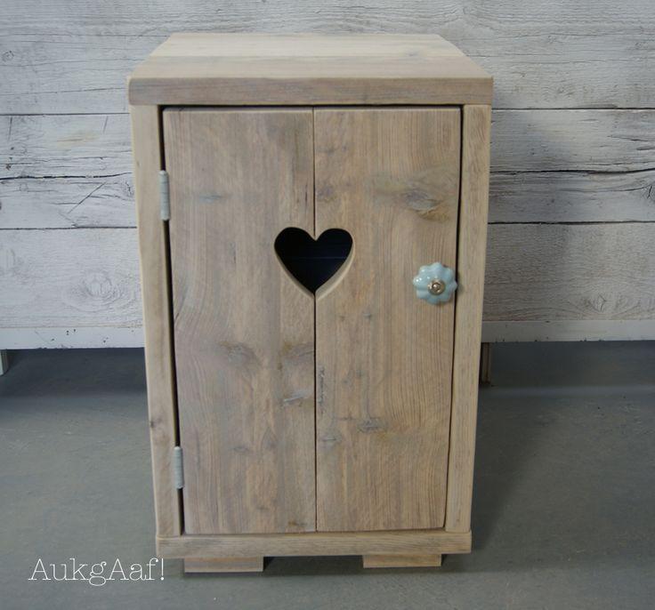Steigerhouten nachtkastje met hart! http://aukgaaf.com/nl/brocante-meubels/steigerhouten-meubelen-steigerhout.html