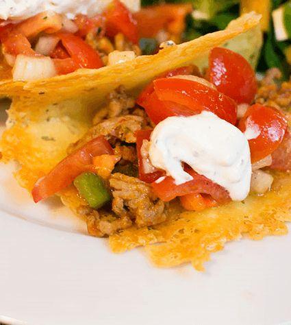 Heerlijke koolhydraatarme kaas taco's. Deze keer een recept voor 2 personen. Leuk om te maken als er een vriendin op bezoek komt. Genieten geblazen!