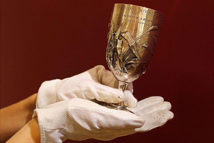 Это первый в мире кубок победителя марафона, врученный на Олимпийских играх в 1896 году. В 2012 году на лондонском Christie's его оценили в 120-160 тысяч фунтов.