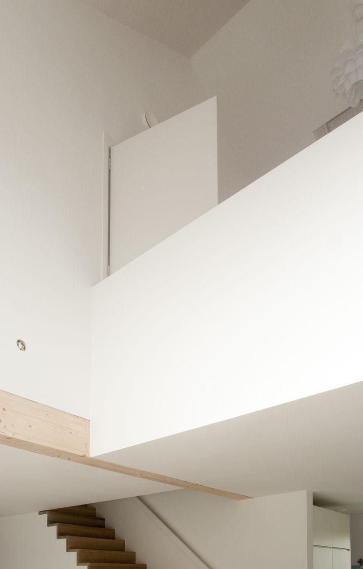 Dubbelhoge ruimte met balcon naar eetkamer. Schuurwoning Westerbreedte architecten