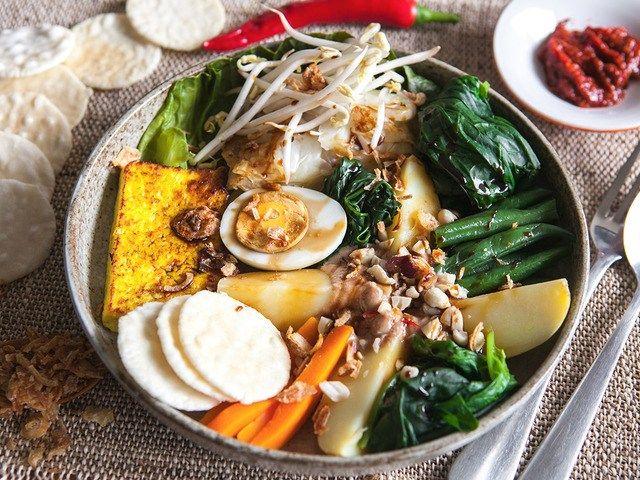 """""""Гадо-гадо"""" – острый овощной салат с ореховой пастой http://feedproxy.google.com/~r/anymenu/hMaC/~3/4evPD-2QV7s/  Название этого популярного блюда индонезийской кухни для русского человека может показаться как интригующим, так и несколько отталкивающим. Уверяем вас, никаких «гадов» и «гадостей» в этом кушанье нет. Одни сплошные вкусности. Гадо-гадо — это всего-навсего салат, сложный, из множества ингредиентов. Это преимущественно овощи, щедро сдобренные острыми специями, которыми славится…"""