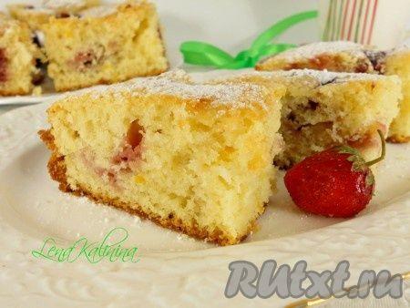 Предлагаю Вам рецепт пирога с замороженной клубникой! Пирог необыкновенно вкусный, нежный, ароматный, с сахарной корочкой сверху. Готовится совершенно просто и быстро!