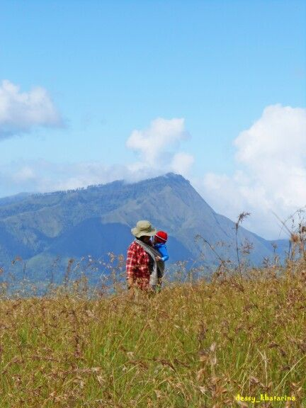 A mother and her baby hiking Rinjani mountain