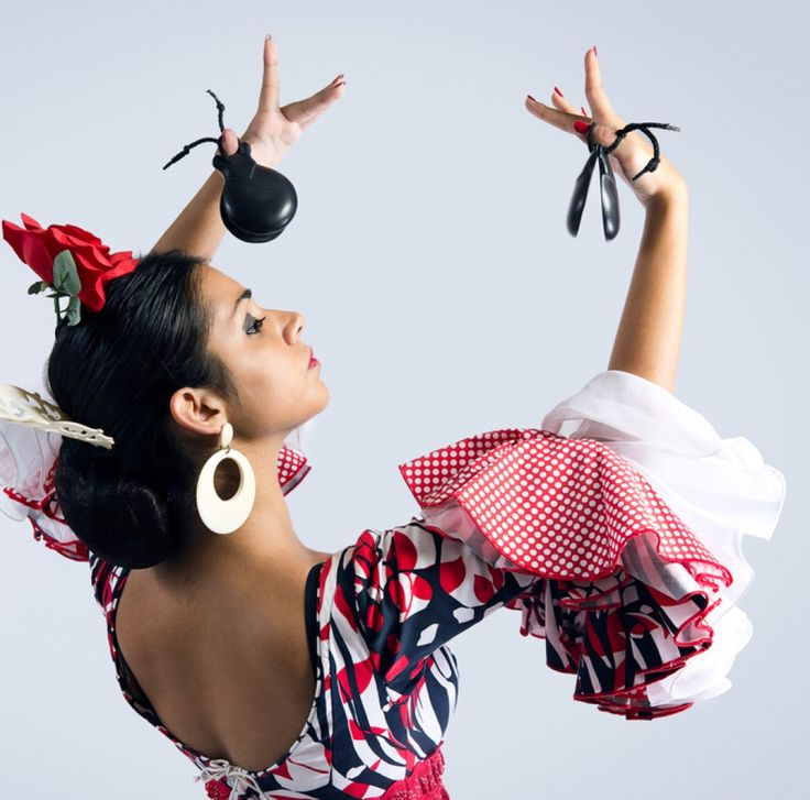 Фламенко-образ, не обязательно должен быть по-цыгански пестрым и многоцветным. Для более сдержанных натур подойдут и монохромные изделия.