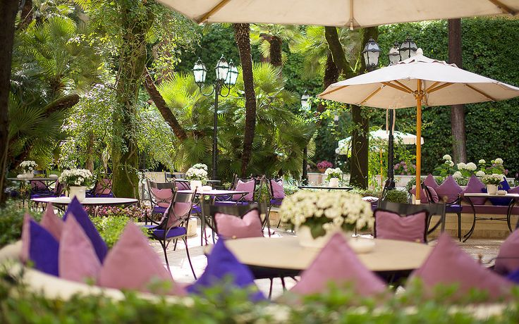 Luxury hotel located in the villa Borghese's garden, to organize an elegant wedding in Rome.