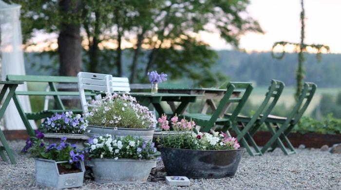 Gammaldags trädgårdsmöbler i kromoxidgrön linoljefärg