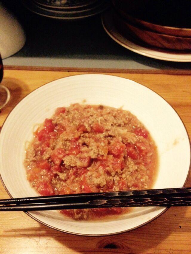 トマトエスニックヌードル トマトホール たまねぎ ひき肉 にんにく 唐辛子 ごま油  鶏がらスープ クミン ガラムマサラ すし酢もしくはレモン ラー油  米粉麺