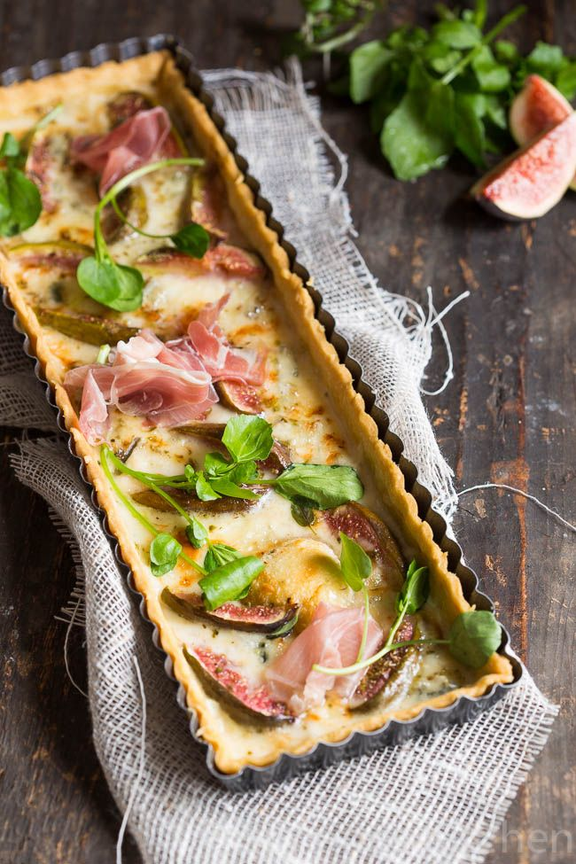 The starting point for this savory tart with figs, gorgonzola and parma ham is the shortbread bottom of the tart with smoked chicken and goa ...