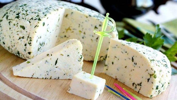 Připravte si nejen na Silvestra domácí sýr bez syřidel. Jeho chuť je lahodná a příprava téměř bezpracná. Nepotřebujete k výrobě milion ingrediencí. Stačí pouze mléko a ocet, když nepočítáme koření a slaný nálev. Tento domácí sýr se báječně hodí k jakémukoliv čerstvému pečivu, nejlépe také domácímu. Oslavy na konci roku …