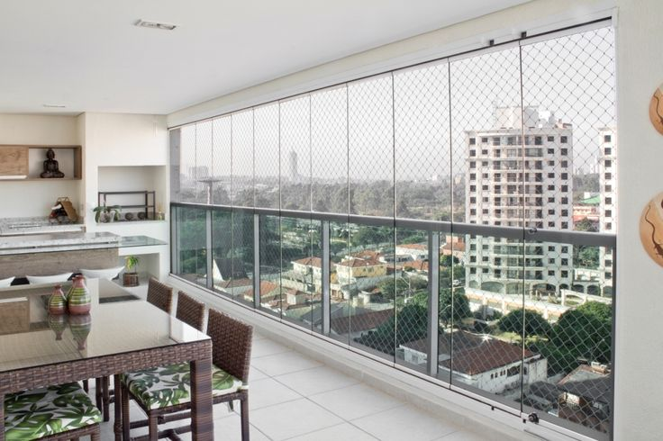 O Sistema Sanglass é composto por painéis de vidro deslizantes sem esquadrias de fácil deslocamento multi-direcional possibilitando abertura total, parcial ou fechamento de total de sua sacada. Sua varanda como um ambiente acolhedor e integrado a sala de estar.