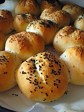 Geçen sene CEBIT için Almanya' nın Hannover şehrine gitmiştim. Orada bulunduğumuz süre içerisinde kaldığımız evin sahibi bize her sabah fırından yeni çıkmış minik ekmekler getirmişti. Türkiye'ye döndükten sonra uzun süre o ekmeklerden pişirmek istemiştim. bu sabah internette almanca siteleri karıştırırken...