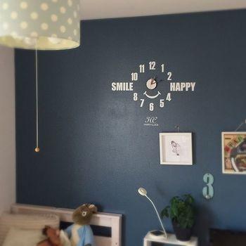 """黒板みたいな""""ダボスブルー""""の壁に時計をつけて。毎日笑顔で過ごせるように。"""