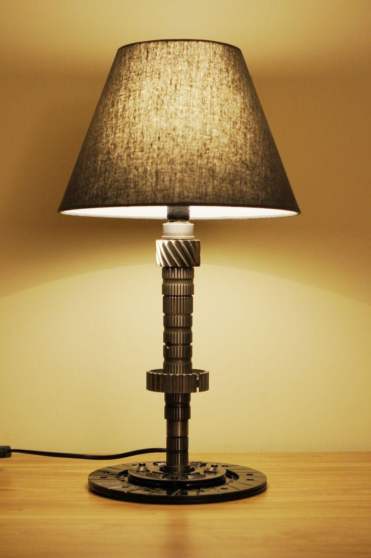 Duża lampa z podstawą z tarczy sprzęgła. - wysokość 48,5 cm - średnica klosza 14 i 28 cm - waga 3 kg