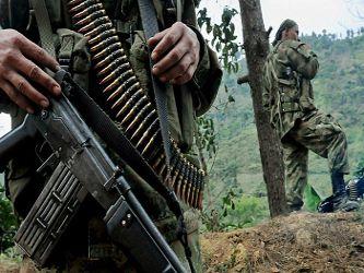 """IPIALES """"Despiden con honores en Bogotá y Cali a policías asesinados por las FARC"""" .. Lo dos miembros de la Policía colombiana asesinados el pasado viernes por las FARC en el departamento de Nariño (suroeste) fueron despedidos hoy con honores en Bogotá y Cali, donde fueron sepultados. El teniente coronel de la policía de IPIALES Alfredo Ruiz Clavijo y el patrullero Juan David Marmolejo (EL PERIODICO DE MEXICO - L., 15 JUN 2015)"""