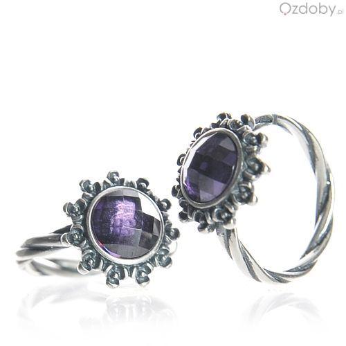 Srebrny pierścionek z fioletowym oczkiem w kwiatuszku