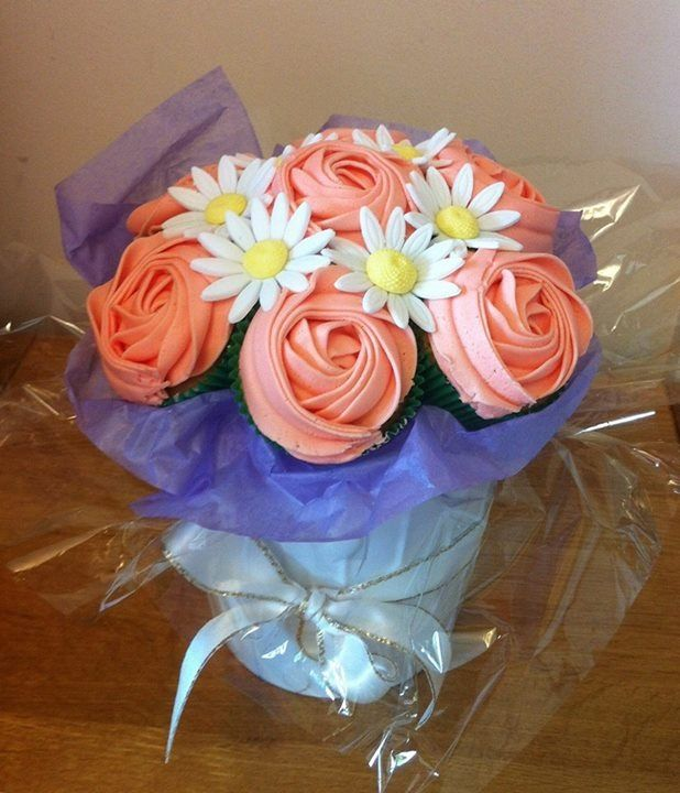 Small cupcake bouquet with daisies Www.facebook.com/cakeinspirations