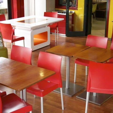 Nonni e nipoti! un mcDonald's all'avanguardia ma la sproporzione tra vecchi tavoli e nuovi è ancora alta, cambierà!