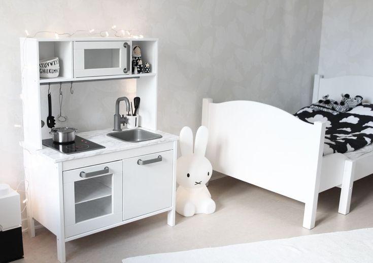 www.therez.se | #kidsroom #blackandwhite #kitchen #play #miffy #miffylamp